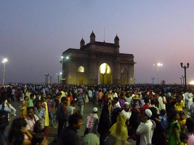 mumbai-gateway_of_india-daemmerung-menschen