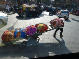 mumbai-strasse-handwagen-ballen