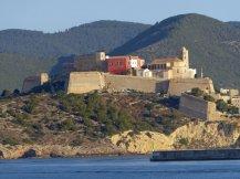 Ibiza-Altstadt-Blick_vom_Meer-1
