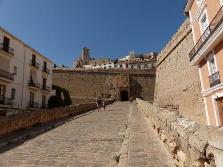 Ibiza-Altstadt-Dalt_Vila-Eingang-1
