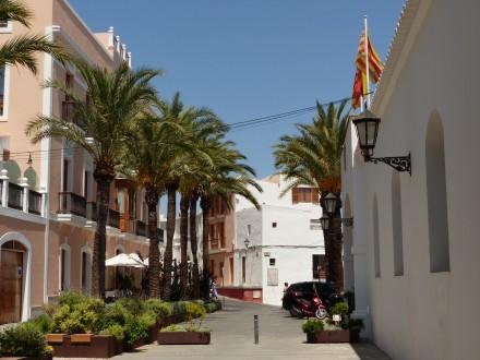 Rechtes Gebäude mit der Fahne ist das Rathaus