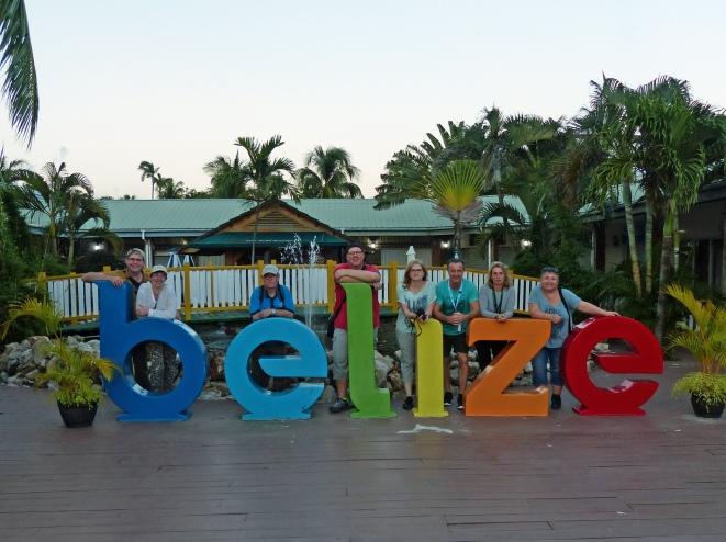 belize-schriftzug-gruppenfoto-wir-1
