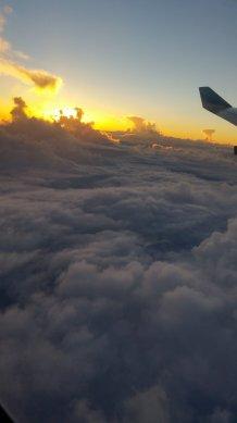 Flugzeug-Ausblick-Wolken-Sonnenaufgang-1