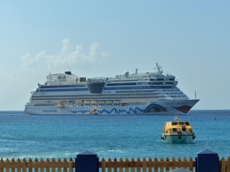Grand_Cayman-Georgetown-AIDAluna_auf_Reede-1