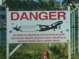 St_Maarten-Maho_Beach-Warning-Schild-1
