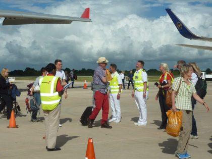 AIDA-Kapitaen_Tidow_am_Flughafen-2