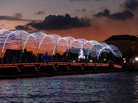 Curacao-Willemstad-Koenigin_Emma_Bruecke-Nacht-2
