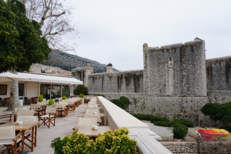Dubrovnik-Stadtmauer-Cafe-1