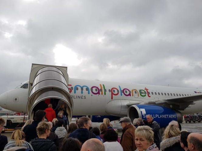 Duesseldorf-Flughafen-Flugzeug-Small_Planet