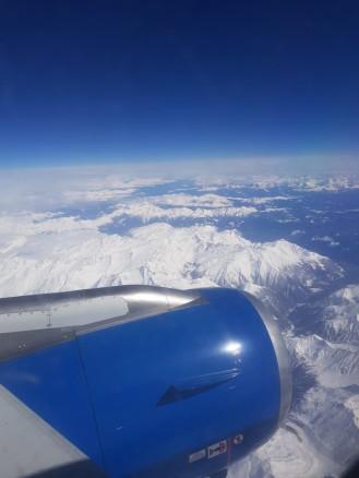 Flugzeug-Ausblick-Berge-Schnee