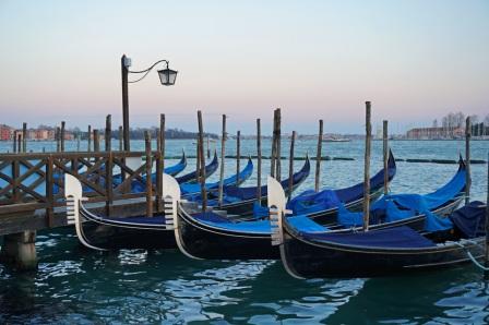 Venedig-Riva-Gondeln-Abenddaemmerung-3