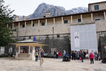 Haupteingang (eingerüstet) u. Touristinfo