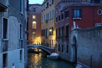 Venedig-bei_Nacht-Kanal-2