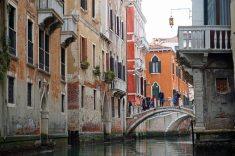 Venedig-Kanal-Gondelfahrt-Bruecke-1