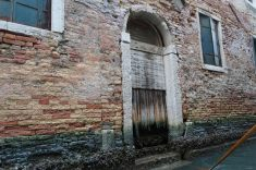 Venedig-Kanal-Gondelfahrt-Tuer-2