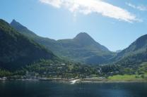 Geiranger-Ortschaft-Berge-3