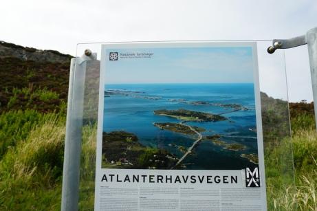 Norwegen-Aussichtsplattform-Atlantikstrasse-Rundweg-Schild-1