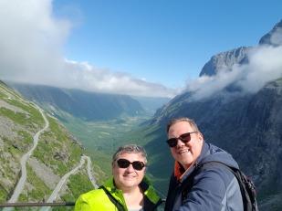 Norwegen-Trollstigen-Aussicht-blauer_Himmel-wir-7