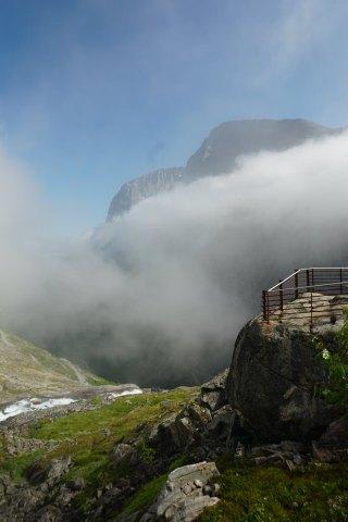 Norwegen-Trollstigen-Aussichtsplattform-Nebel-blauer_Himmel-1