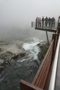 Norwegen-Trollstigen-Rundweg-Aussichtsplattform-Wasserfall-Nebel-1