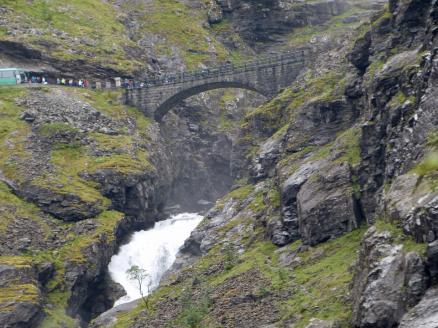 Norwegen-Wasserfall-Stigvossen-Bruecke-2