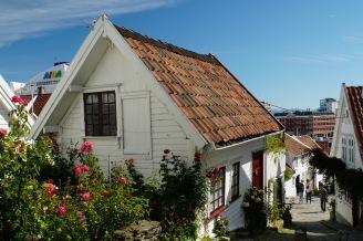 Norwegen-Stavanger-Gamle_Stavanger-Altstadt-weisse_Holzhaeuser-Blumen-10