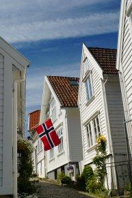 Norwegen-Stavanger-Gamle_Stavanger-Altstadt-weisse_Holzhaeuser-Flagge-14