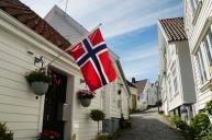Norwegen-Stavanger-Gamle_Stavanger-Altstadt-weisse_Holzhaeuser-Flagge-15