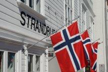 Norwegen-Stavanger-Gamle_Stavanger-Altstadt-weisse_Holzhaeuser-Flagge-3