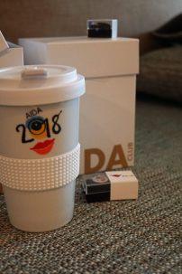 AIDA-2018-Clubgeschenk-Pin-Kaffeebecher-1
