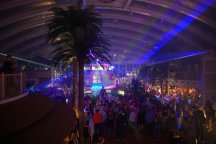 AIDAperla-Beachclub-bei_Nacht-Lasershow-1