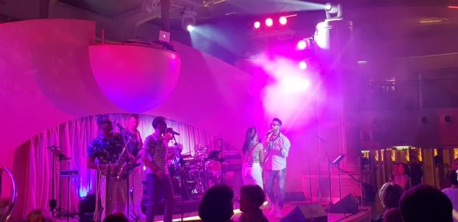 AIDAperla-Beachclub-bei_Nacht-Wonderland_Band-1