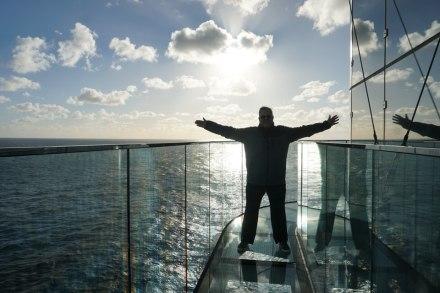 AIDAperla-Skywalk-Seetag-Sonnenuntergang-wir-2