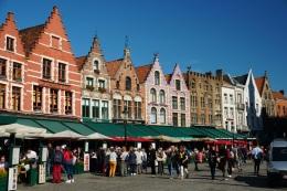 Bruegge-Marktplatz-Giebelhaeuser-1