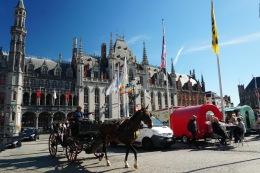 Bruegge-Marktplatz-Pferdekutsche-1