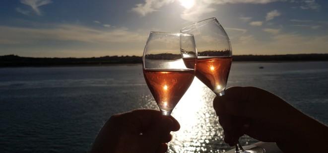 Champagnerglaeser-in_der_Sonne-Meer-1