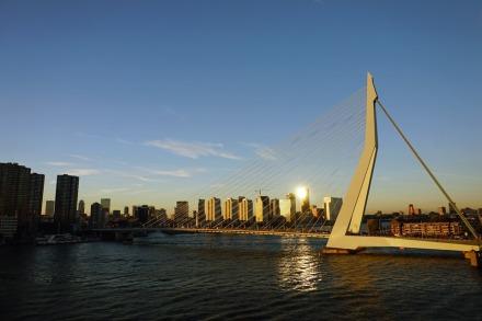 Rotterdam-Skyline-Erasmusbruecke-am_Abend-1