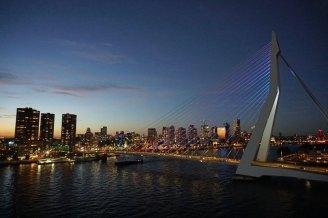 Rotterdam-Skyline-Erasmusbruecke-bei_Nacht-4