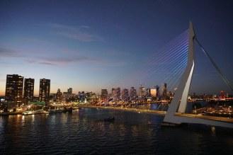 Rotterdam-Skyline-Erasmusbruecke-bei_Nacht-5