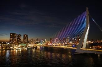 Rotterdam-Skyline-Erasmusbruecke-bei_Nacht-8