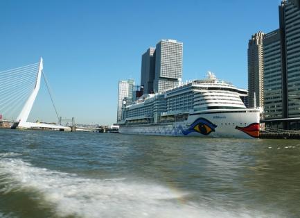 Rotterdam-Wassertaxi-Fahrt-AIDAperla-1