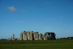 Stonehenge-Wiese-blauer_Himmel-6
