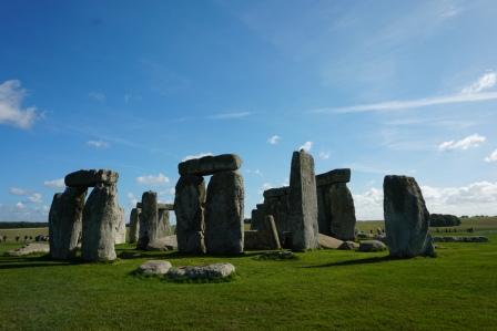 Stonehenge-Wiese-blauer_Himmel-8