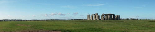 Stonehenge-Wiese-blauer_Himmel-Panorama-4